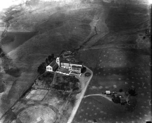 Image shows aerial view of Frank Vanderlip residence at center with hills in the background., Library has digital image only, courtesy of the Los Angeles Public Library., Los Angeles Public Library Photo Collection Identifier:00023082., Title and description taken from the Los Angeles Public Library., Originally from the Security Pacific National Bank Collection.